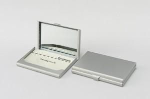 ネームカードケース・ミラー付きの商品見開き写真